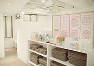 [個室待機]25席ご用意があり、各席にコンセント・鏡も完備
