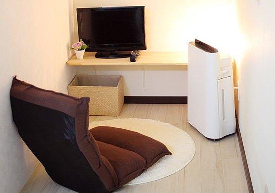 各部屋に一人用ソファ・ブランケット・テレビ・空気清浄機・タブレットが完備されており、清潔で快適な個室でゆったりとくつろげます。
