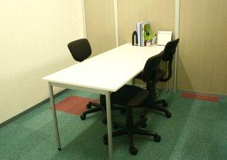 面接はオフィスビルの一室でおこないます。落ち着いた中、ゆっくりとあなたの声にお答えします。
